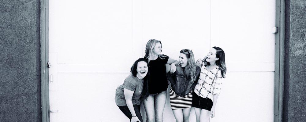 Kompisgäng skrattar tillsammans