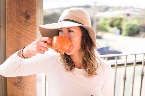Kvinna dricker kaffe utomhus