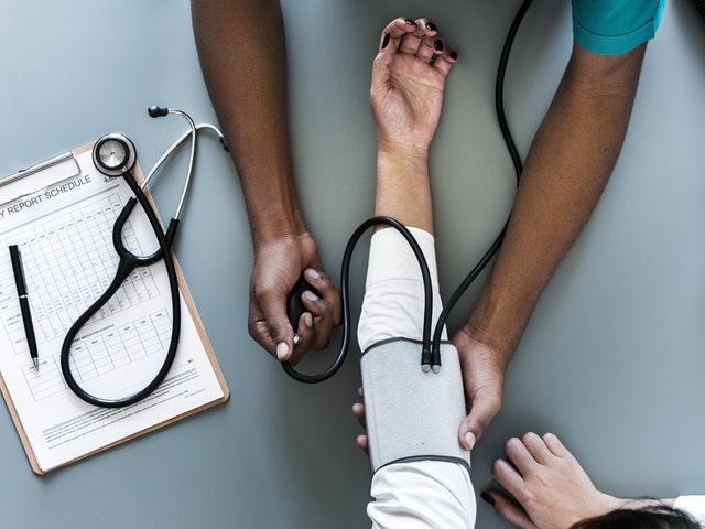 Sköterska kollar blodtryck